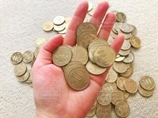 手の平の上のたくさんの五百円玉の写真・画像素材[4375479]