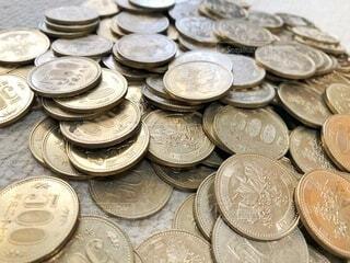 たくさんの五百円玉の写真・画像素材[4375480]