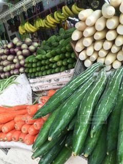 シンガポールの野菜の展示の異なる種類の束の写真・画像素材[987531]