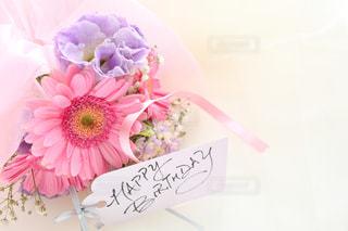 テーブルの上のピンクの花の写真・画像素材[1052227]