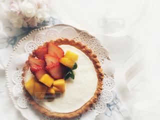 テーブルのマンゴー苺タルトの写真・画像素材[1151709]