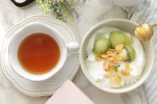 ヨーグルトと紅茶の写真・画像素材[2339025]