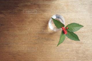 木製テーブルの上に座っている花の花瓶の写真・画像素材[1706948]