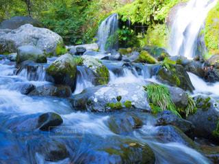 いくつかの水の上の大きな滝の写真・画像素材[816273]