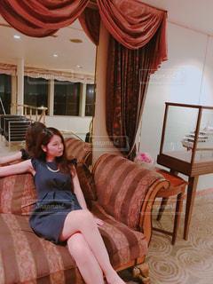 椅子に座っている女性の写真・画像素材[817635]