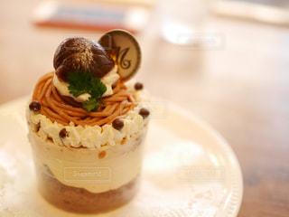 近くのテーブルにケーキのアップの写真・画像素材[853418]
