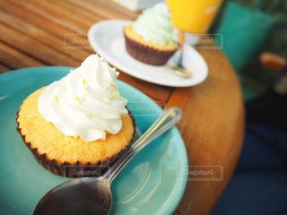 近くに皿の上のケーキのスライスのアップの写真・画像素材[853421]