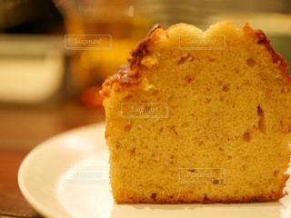 近くに皿の上のケーキのスライスのアップ - No.917053