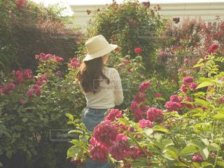 フラワー ガーデンの前に立っている人の写真・画像素材[917059]