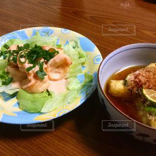 テーブルの上の皿の上に食べ物のボウルの写真・画像素材[781905]