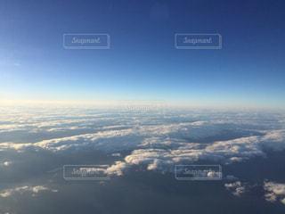 高空を飛んでいる飛行機の写真・画像素材[808343]