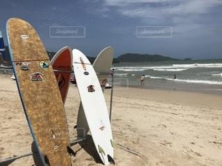 砂浜とサーフボードの写真・画像素材[1360664]