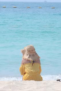 ビーチに座っている人の写真・画像素材[1787827]