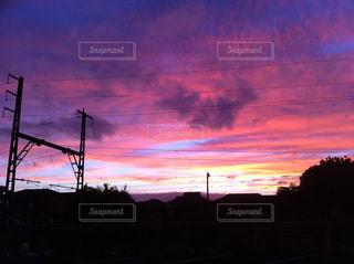 夕焼けに染まる雲と空のグラデーションと電線の写真・画像素材[444459]