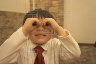 子ども,結婚式,男,男子,男の子,覗く,4歳,1人
