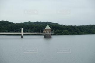 水の体の上の橋の写真・画像素材[864721]