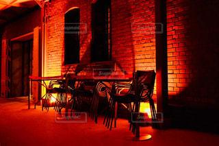 夜の店の前の写真・画像素材[1068412]