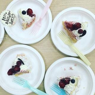 テーブルの上に食べ物のプレートの写真・画像素材[587]