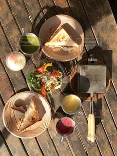 テーブルの上に食べ物のプレート - No.876671