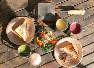 テーブルの上に食べ物のプレート - No.876692