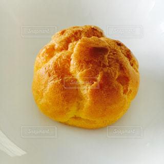 近くに皿にドーナツのアップの写真・画像素材[706072]