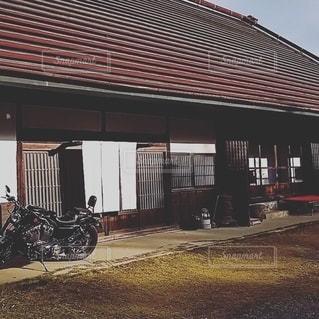古民家に駐車したオートバイの写真・画像素材[2774387]