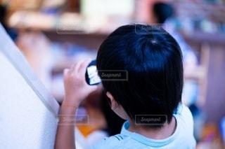 カメラを見ている子供の写真・画像素材[2883698]