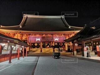 間三寺を背景にした駅の線路上の大きな長い列車の写真・画像素材[3987102]