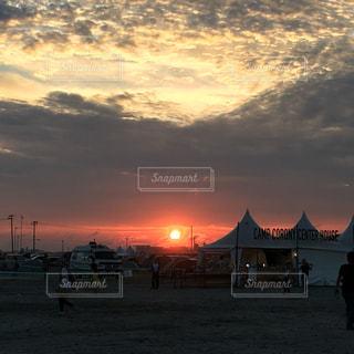 夕陽とテントの写真・画像素材[343239]