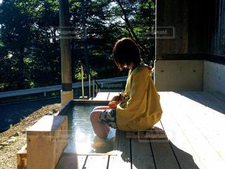 足湯に浸かる女性の写真・画像素材[499521]