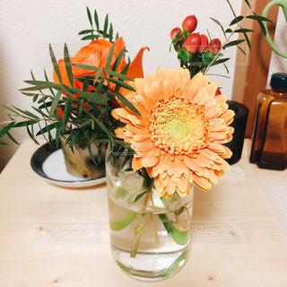 テーブルの上の花瓶と花束の写真・画像素材[887282]
