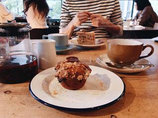 カフェでお茶をしている時のテーブルの上の写真・画像素材[891334]