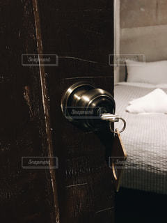 寝室と鍵のささったドア - No.959014