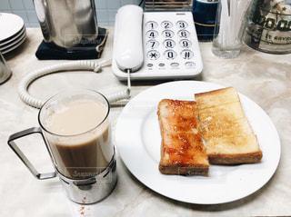 レトロな喫茶店のトーストとミルクコーヒーと電話の写真・画像素材[961386]