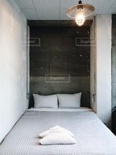 コンクリートの壁のベッドルームの写真・画像素材[961566]