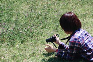 草の中でカメラをかまえる女性 - No.965875