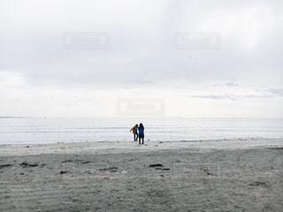 砂浜に立っているカップル - No.965877