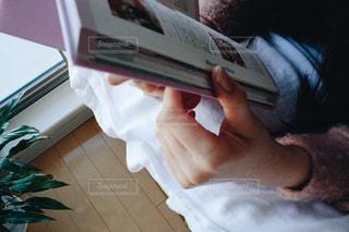 読書をする女性の手の写真・画像素材[965927]