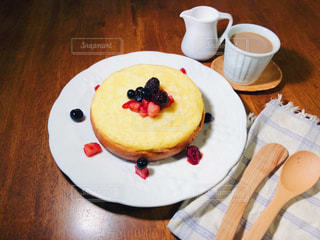 ベリーを散らした手作りパンケーキとテーブルの写真・画像素材[1103572]