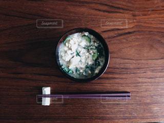 汁椀に入った味噌汁と箸と箸おきの写真・画像素材[1672030]