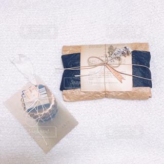 ラッピングされたプレゼントとポストカードの写真・画像素材[2065067]