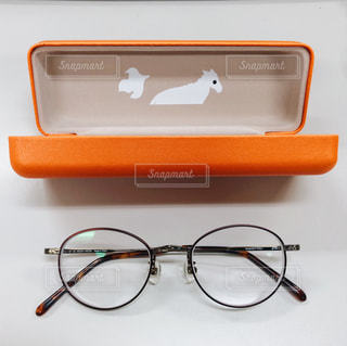 メガネとオレンジ色のメガネケースの写真・画像素材[2068991]