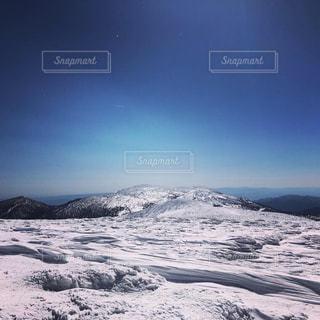 雪に覆われた山の写真・画像素材[2110699]