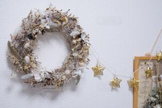 一年前作った、ホワイトリースと星型ガーランド。色味が落ち着いたクリスマスインテリア。の写真・画像素材[822163]