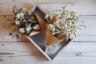 テーブルの上の花の花瓶の写真・画像素材[856545]