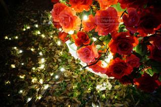 テーブルの上に花瓶の花の花束の写真・画像素材[884310]