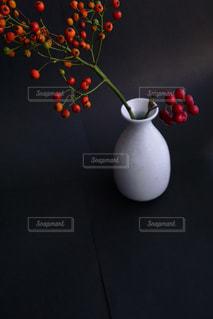 テーブルの上に座って花の花瓶の写真・画像素材[914027]