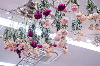テーブルの上の花の花瓶の写真・画像素材[918697]