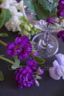 近くに紫の花と花瓶のアップの写真・画像素材[980193]