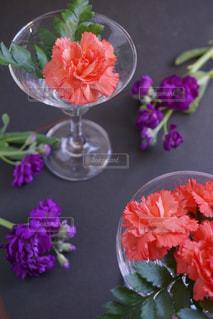 テーブルの上のピンクの花で一杯の花瓶の写真・画像素材[984642]